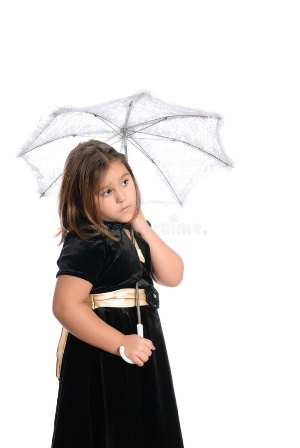 Schüchternes Mädchen unter Regenschirm lizenzfreies stockbild