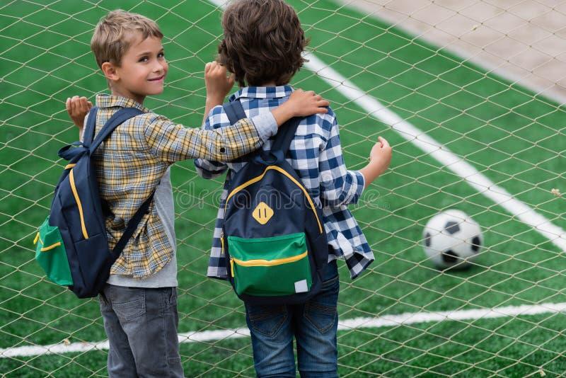 Schüler auf Fußballplatz stockfoto