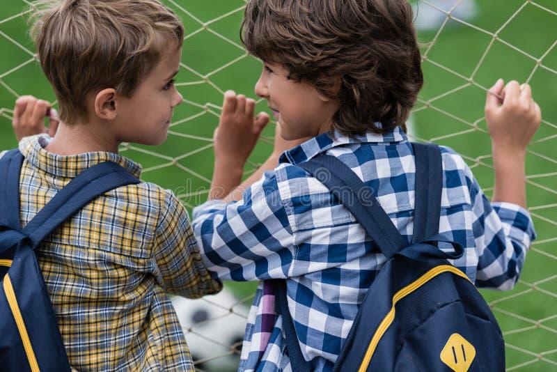 Schüler auf Fußballplatz stockbild