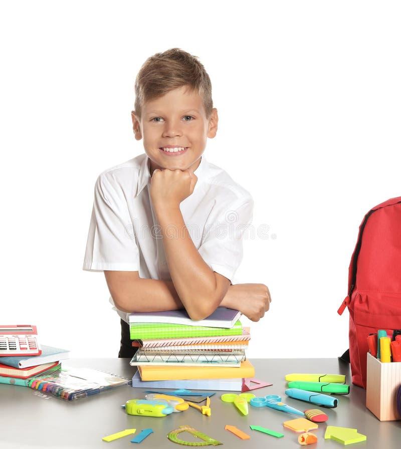 Schüler bei Tisch mit Briefpapier stockbilder
