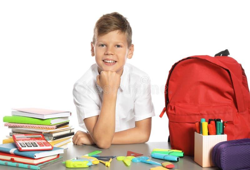 Schüler bei Tisch mit Briefpapier stockfotos