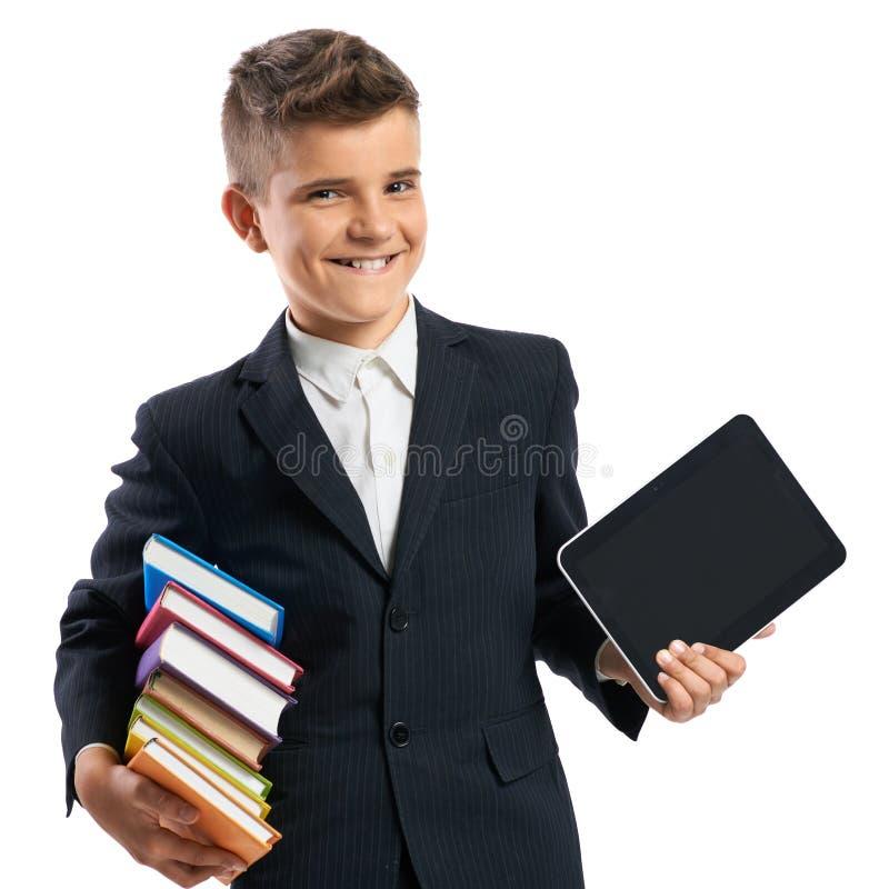 Schüler, der eine Tablette und Bücher hält lizenzfreies stockfoto