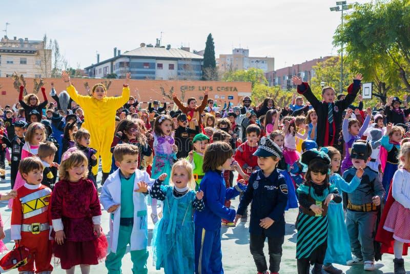 Schüler der Grundschule verkleidet in Murcia, einen Karnevalsparteitanz im Jahre 2019 feiernd stockfotografie