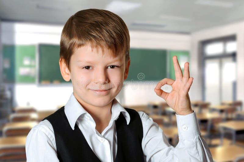 Schüler, der OKAYzeichen zeigt stockbilder