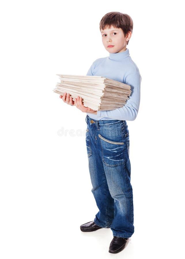 Schüler, der Papiere hält stockbild