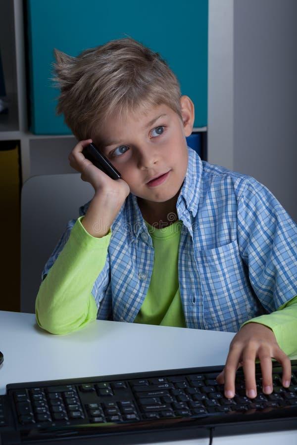 Schüler, der am Telefon spricht lizenzfreies stockbild