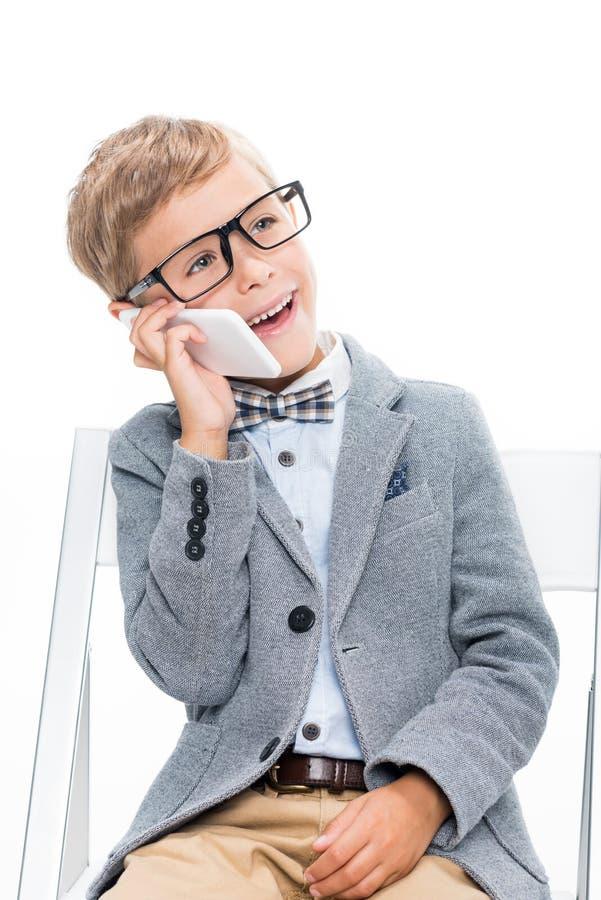 Schüler, der telefonisch spricht stockfotografie