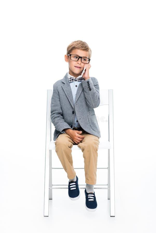 Schüler, der telefonisch spricht lizenzfreie stockbilder