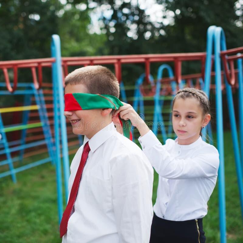 Schüler, die draußen auf dem Bruch spielen lizenzfreie stockfotos