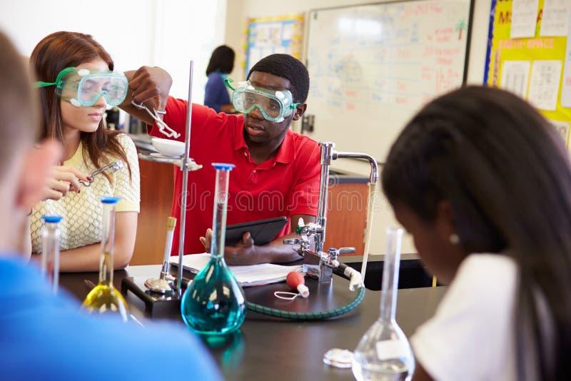 Schüler, die Experiment in der Wissenschafts-Klasse durchführen stockfotografie