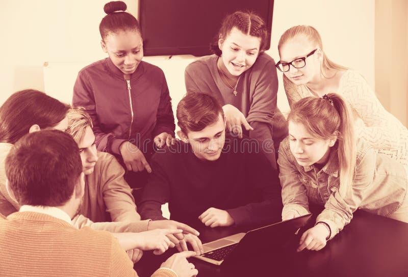 Schüler, die an ihrem Projekt arbeiten lizenzfreies stockbild