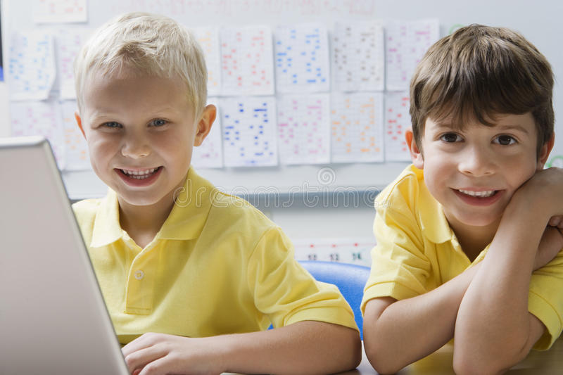 Schüler, die Laptop verwenden stockfotografie