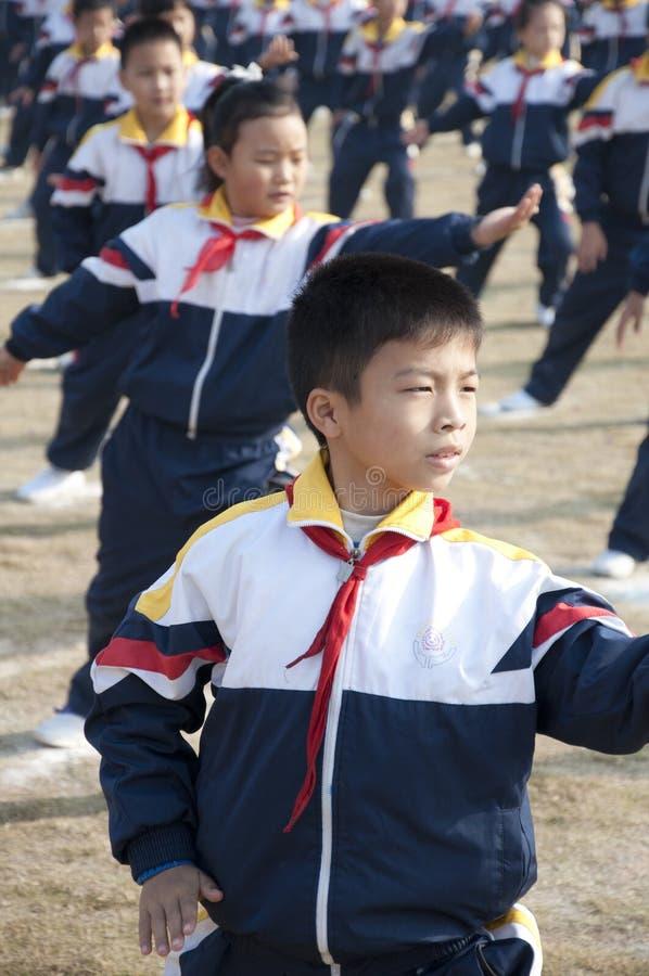 Schüler erlernen Kampfkünste in China lizenzfreies stockfoto