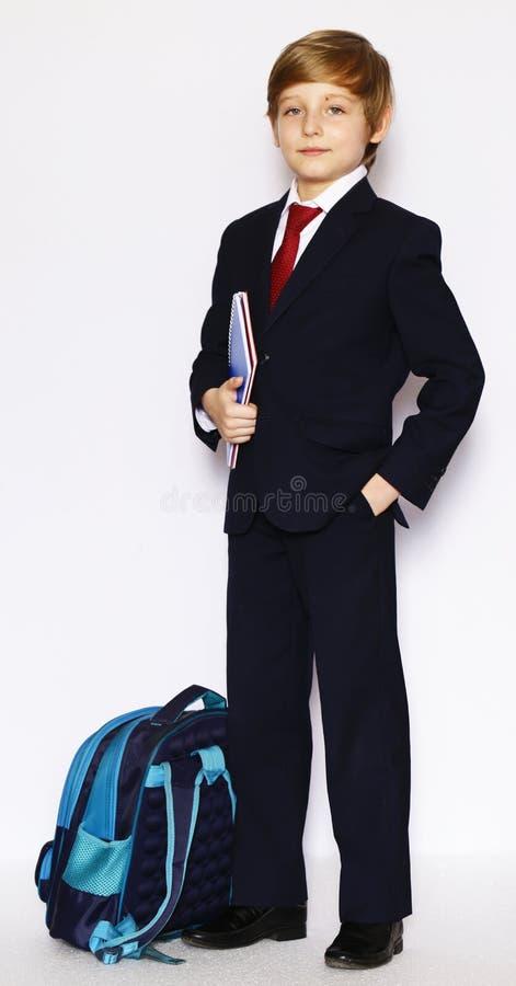 Schüler im Anzug und Bindung mit einem Notizbuch stockfotos