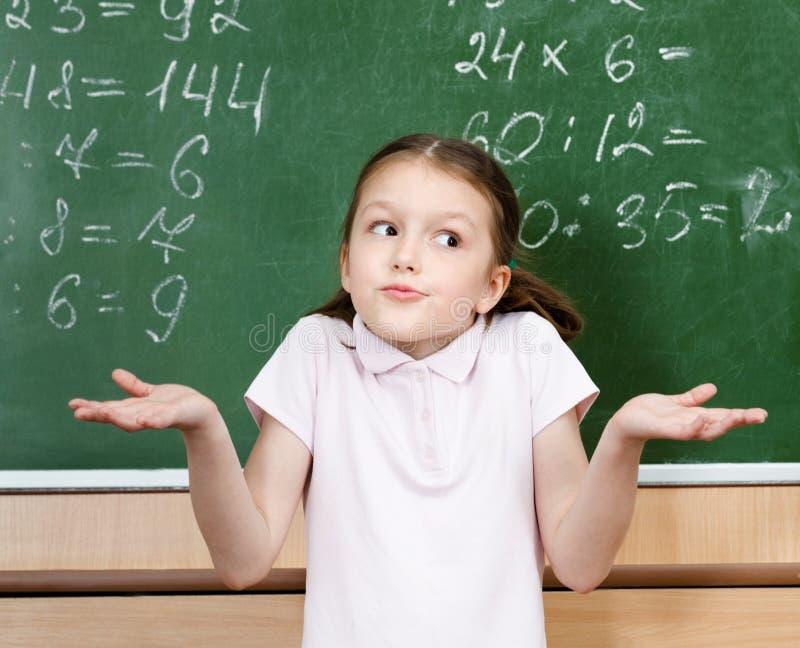 Schüler kennt nicht die Antwort und breitet ihre Arme aus lizenzfreie stockfotos