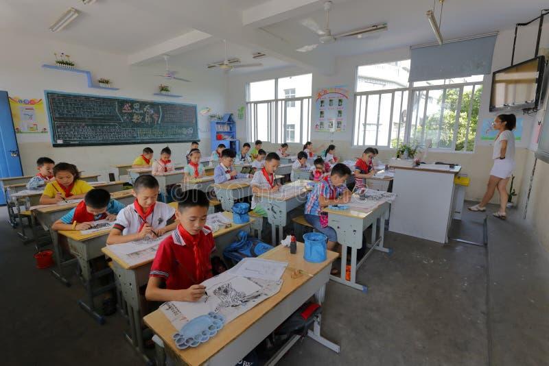 Schüler lernen chinesische Malerei stockbild