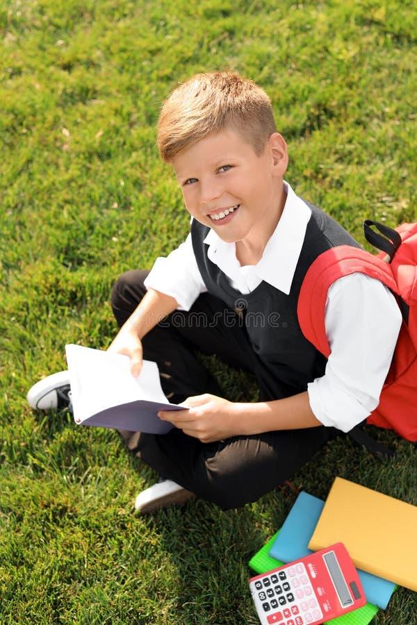 Schüler mit Briefpapiersitzen stockfotografie