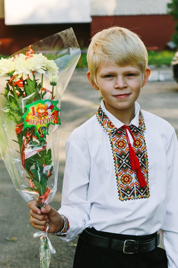 Schüler mit einem Blumenstrauß lizenzfreie stockfotos