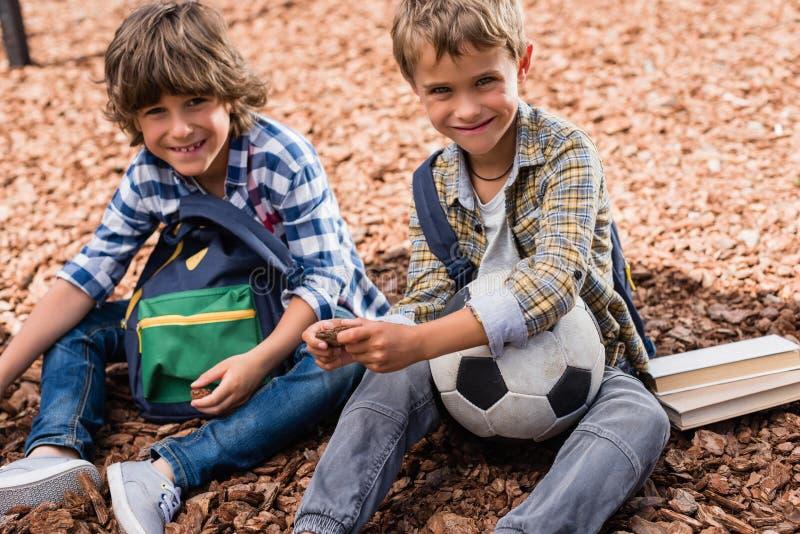 Schüler mit Fußball stockfoto