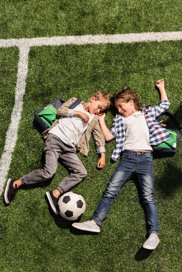 Schüler mit Fußball stockbild