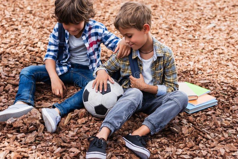 Schüler mit Fußball lizenzfreies stockbild