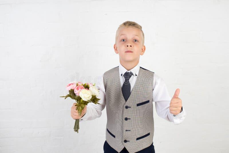 Schüler mit kleinem Blumenstrauß stockbild