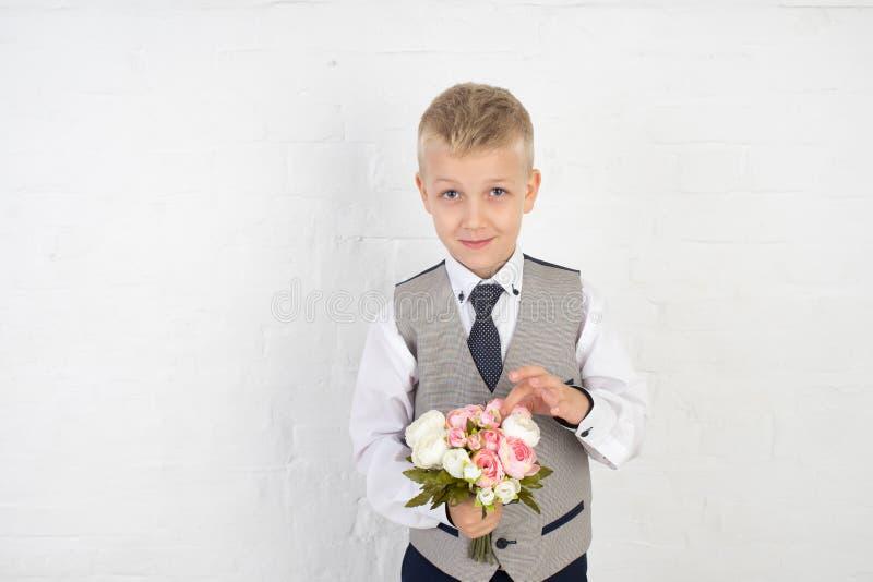 Schüler mit kleinem Blumenstrauß stockfoto