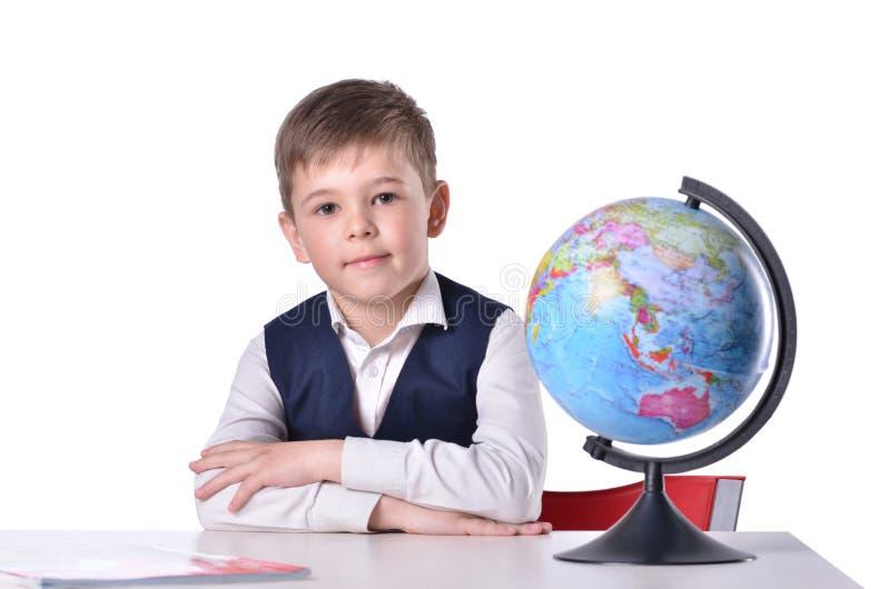 Schüler am Schreibtisch mit einer Kugel auf ihr lizenzfreie stockfotos