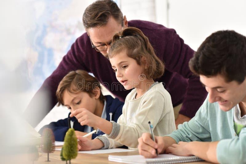 Schüler und Lehrer im Biologieunterricht stockfotografie
