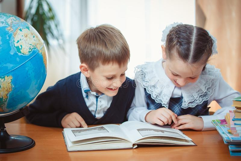 Schüler und Schulmädchen mit einer Kugel stockbild