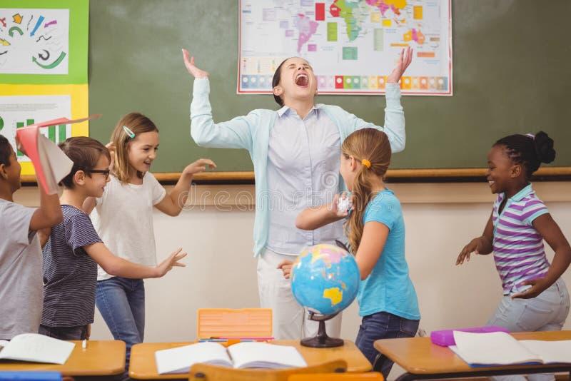 Schülerverwilderung im Klassenzimmer lizenzfreies stockbild