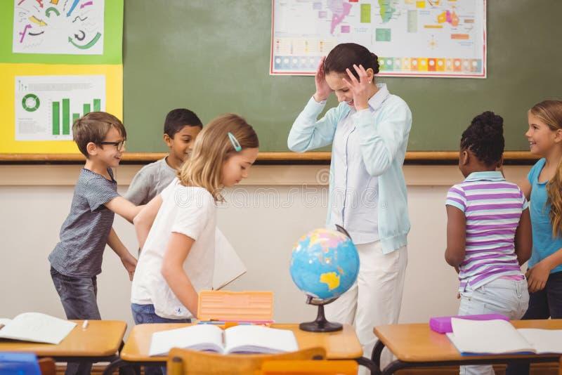 Schülerverwilderung im Klassenzimmer stockfotos