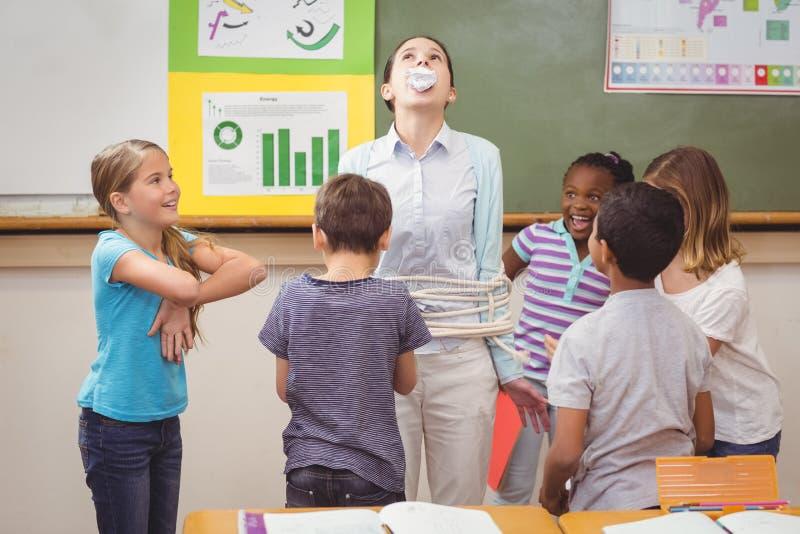 Schülerverwilderung im Klassenzimmer stockbilder