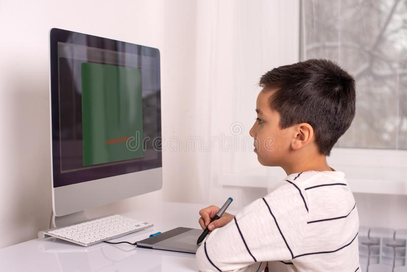 Sch?lerzeichnung auf einem Computer unter Verwendung einer Tablette lizenzfreies stockfoto