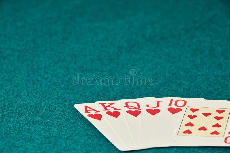 Sch?rhaken-H?nde/Royal Flush 3 F?nf Spielkarten - die Sch?rhakenroyal flush-Hand K?niglicher greller, roter Kartensatz, k?niglich stockbild