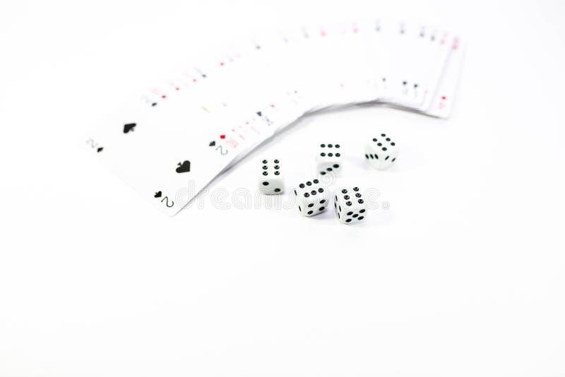 Schürhaken kardiert und würfelt nah oben auf weißem Hintergrund stockfotografie