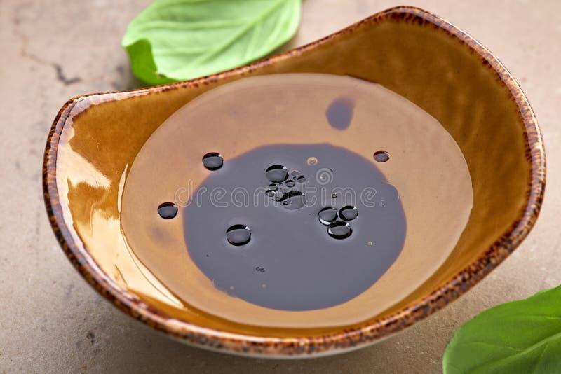 Schüssel Öl und Balsamico-Essig lizenzfreies stockbild