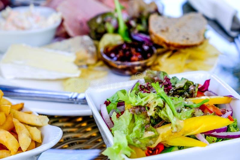 Schüssel Chips und ein Ploughmans-Mittagessen mit Salat lizenzfreies stockfoto