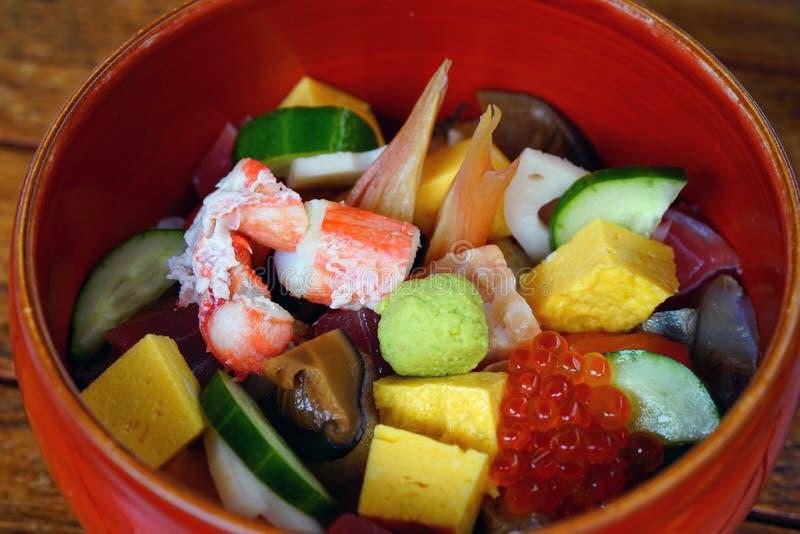 Schüssel chirashi Sushi über Reis stockfoto