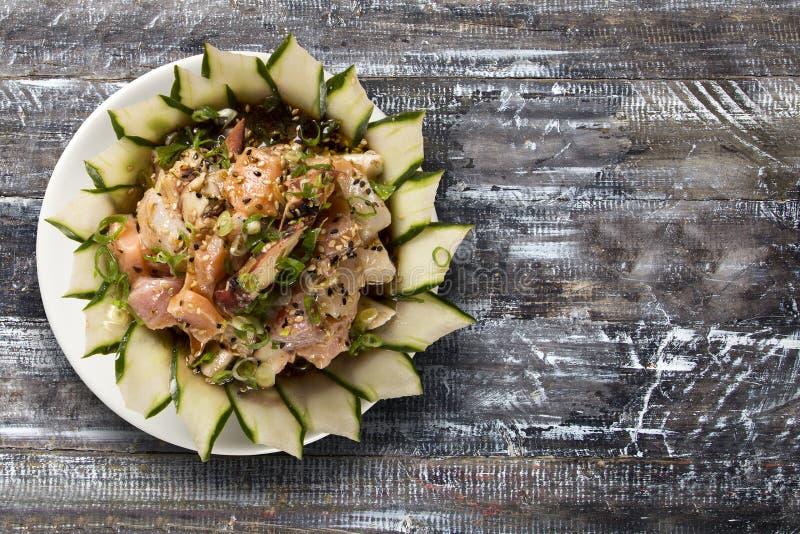 Schüssel chirashi Sushi mit gemischten rohen Fischen und Lachsen stockbilder