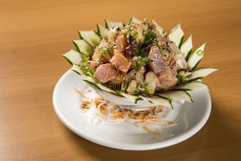 Schüssel chirashi Sushi mit gemischten rohen Fischen und Lachsen lizenzfreie stockfotos