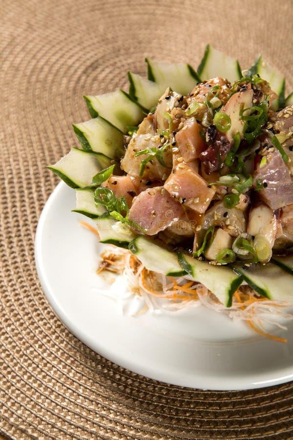 Schüssel chirashi Sushi mit gemischten rohen Fischen und Lachsen stockbild