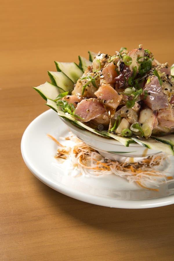 Schüssel chirashi Sushi mit gemischten rohen Fischen und Lachsen lizenzfreie stockbilder