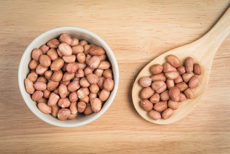 Schüssel der Erdnuss und der Schaufel der Erdnuss lizenzfreie stockbilder