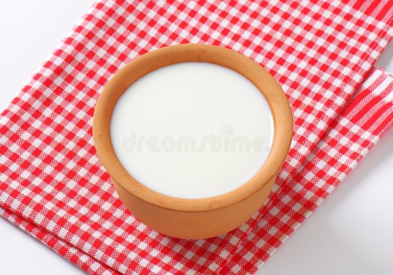 Schüssel frische Buttermilch stockfoto