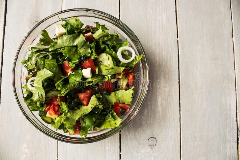 Schüssel frischer Salat mit Tomaten- und Käsezwiebel stockbild