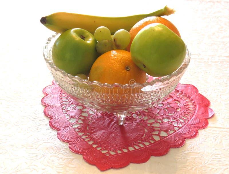 Schüssel Frucht auf Papiervalentinsgruß stockbild