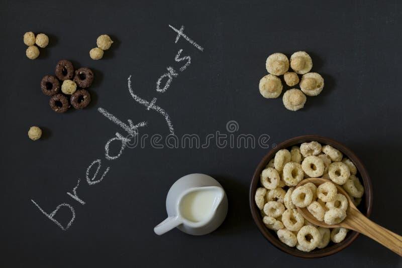 Schüssel ganzes Korn-Getreide schellt mit Milch auf einem Hintergrund von a lizenzfreie stockfotos