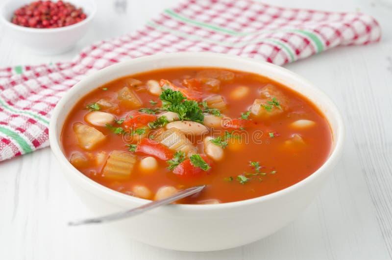 Schüssel gebratene Tomatesuppe mit Bohnen, Sellerie und grünem Pfeffer, stockfoto