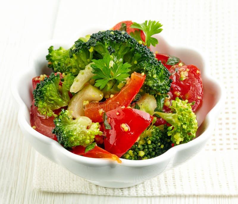 Schüssel Gemüsesalat stockfotos